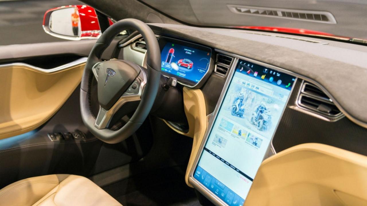 Tesla interni