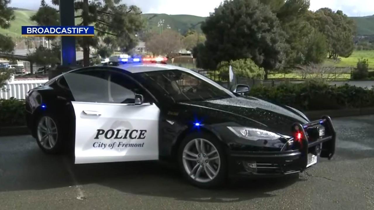 Tesla della polizia si scarica in strada e il ricercato fugge indisturbato